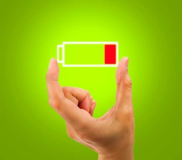 Батарейка в руке