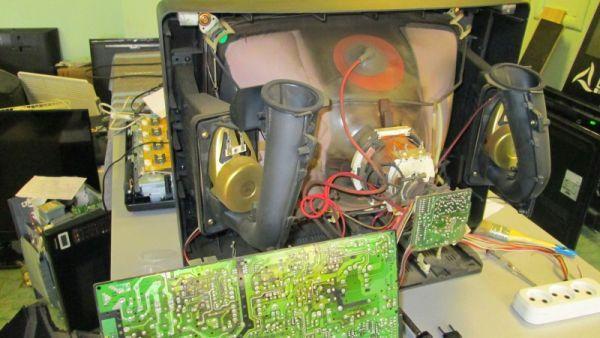 Пыльный изнутри телевизор Самсунг