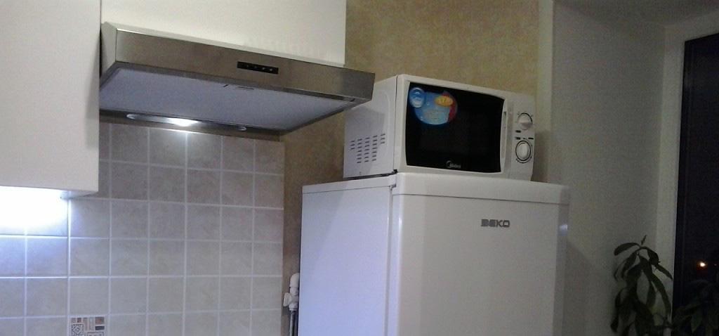 Холодильник и микроволновка рядом