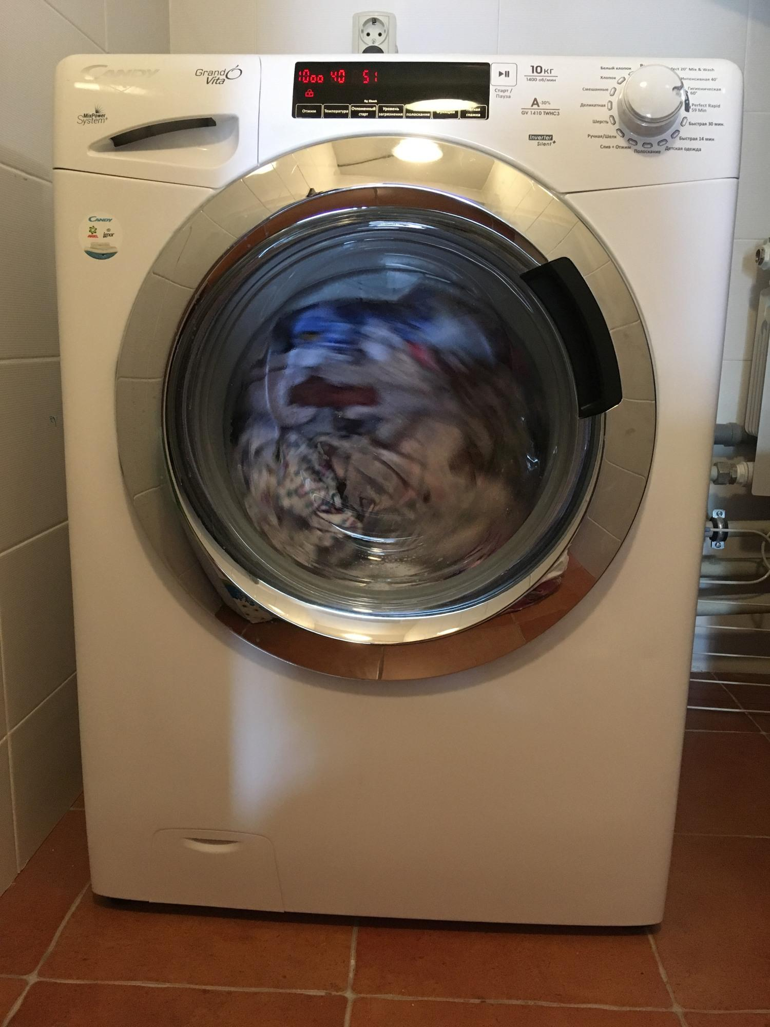 стиральная машина установленная в подсобном помещении