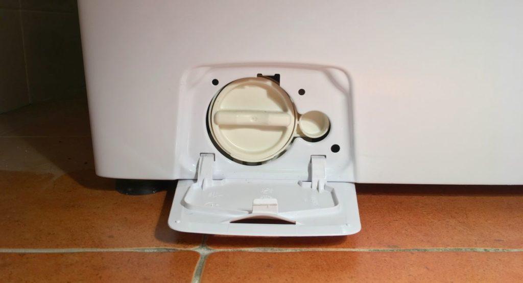 Здесь находится фильтр стиральной машины