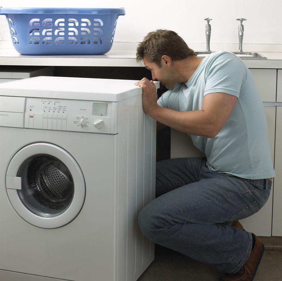 Снимите транспортировочные болты с задней части стиральной машинки