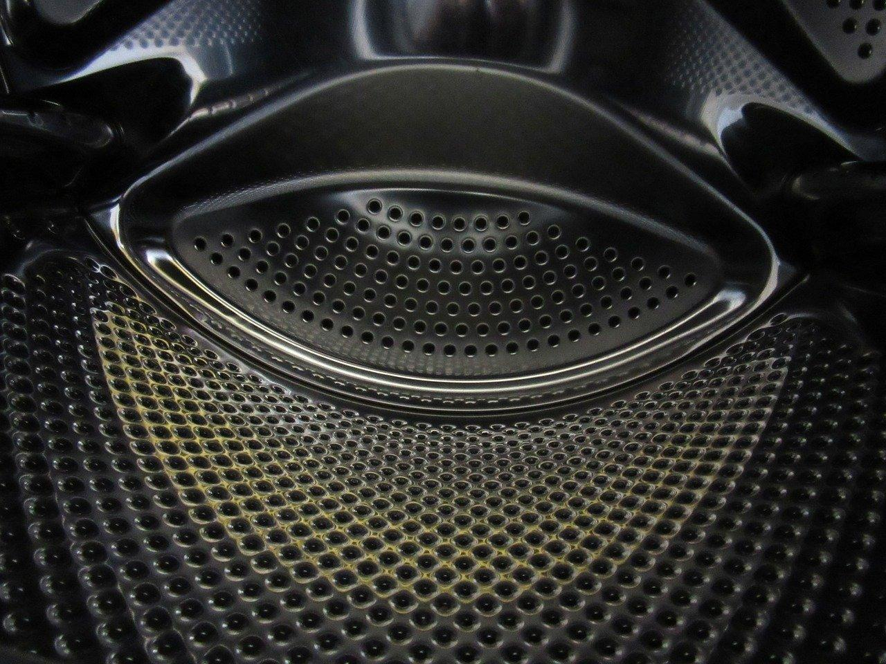 В дырки барабана могут падать мелкие предметы, которые потом гремят