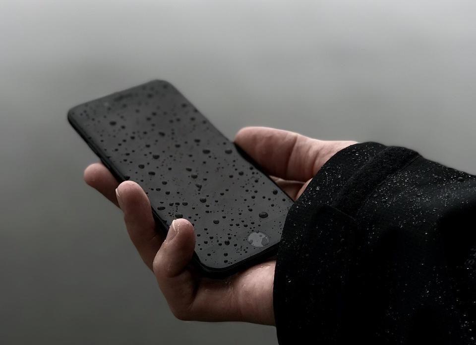 Телефон намок из-за дождя